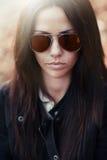 Красивая сторона девушки в солнечных очках Стоковое Фото