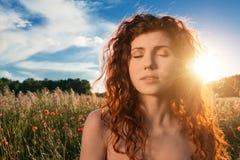 Красивая сторона девушки на заходе солнца Стоковые Фото