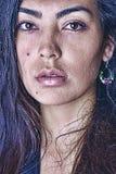 Красивая сторона девушки предусматриванная с падениями воды Стоковые Изображения RF