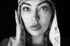 Красивая сторона женщины в этнической шляпе Стоковые Фотографии RF