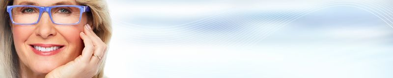 Красивая сторона женщины над голубой абстрактной предпосылкой Стоковое Изображение RF