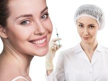 Красивая сторона женщины около доктора с шприцем Стоковые Изображения