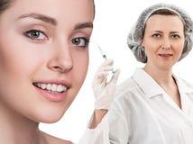 Красивая сторона женщины около доктора с шприцем Стоковая Фотография