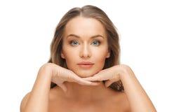 Красивая сторона женщины с длинными светлыми волосами стоковые изображения rf