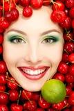 Красивая сторона женщины с красными зрелыми большими свежими вишней и известкой Стоковое Изображение RF