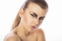 Красивая сторона женщины с ярким составом на студии на белом backg Стоковая Фотография