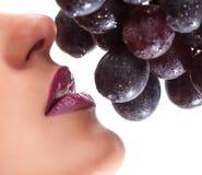 Красивая сторона молодой женщины с виноградиной Стоковая Фотография RF