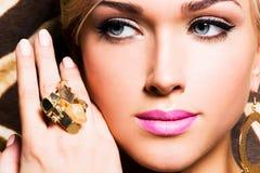 Красивая сторона молодой женщины с составом моды Стоковые Изображения RF