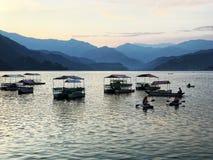 Красивая сторона озера в pokhara дальше стоковое изображение rf