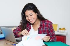 Красивая студентка подготавливая для экзамена Стоковые Фотографии RF