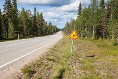 Красивая сценарная дорога в Норвегии. Типичный предупреждающий дорожный знак стоковая фотография