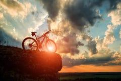 Красивая сцена велосипеда на заходе солнца Стоковые Фото