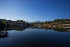 Красивая сцена взгляда домов с отражениями Деревня в тайском Стоковые Фото