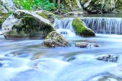 Красивая сцена водопада с каменным каскадом и большими утесами Стоковые Фотографии RF