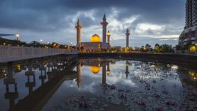 Красивая сцена восхода солнца с отражением на мечети стоковые изображения