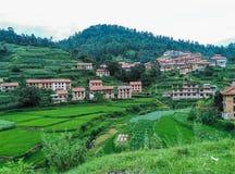 Красивая сцена деревни с предпосылкой холмов Стоковые Изображения
