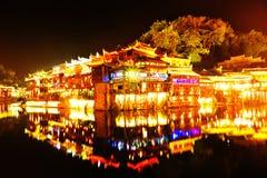 Красивая сцена ночи древнего города fenghuang стоковое фото rf