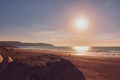 Красивая сцена пляжа в заливе Widemouth, северном Корнуолле стоковые изображения