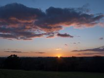 Красивая сцена страны fields солнце осени неба горизонта деревьев красное Стоковая Фотография RF