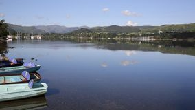 Красивая сцена Cumbria Англия Великобритания Ullswater района озера с горами шлюпок и голубым небом на спокойный летний день видеоматериал