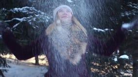 Красивая счастливая девушка меча снег и наслаждаясь природой сток-видео
