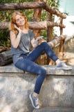 Красивая счастливая девушка на улице слушая к музыке и наслаждаясь жизнью outdoors Стоковое фото RF