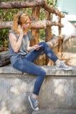 Красивая счастливая девушка на улице слушая к музыке и наслаждаясь жизнью outdoors Стоковое Изображение RF