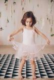 Красивая счастливая девушка сфотографированная в студии Стоковое Изображение
