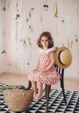 Красивая счастливая девушка сфотографированная в студии Стоковая Фотография