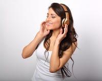 Красивая счастливая длинная молодая женщина волос в listeni вскользь одежды Стоковое Изображение