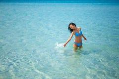 Красивая счастливая женщина стоя в купальнике на голубом море стоковые изображения rf
