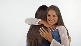 Красивая счастливая женщина усмехаясь к камере обнимая ее лучший друг стоковые фотографии rf