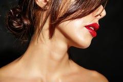 Красивая счастливая милая сексуальная женщина брюнет с красными губами в женское бельё пижам Стоковая Фотография RF
