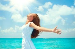 Красивая счастливая молодая женщина в белом платье на тропическом остров-курорте красивейшие детеныши женщины каникулы бассеина п стоковое фото