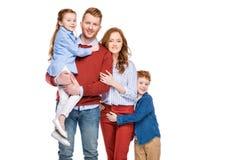 красивая счастливая семья redhead при 2 дет усмехаясь на камере Стоковые Фотографии RF