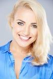 Красивая счастливая белокурая женщина с радостной улыбкой стоковая фотография