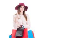 Красивая счастливая девушка делая покупки и показ как жест стоковое фото rf