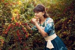 Красивая счастливая женщина брюнет в парке на теплый летний день Стоковое Изображение RF