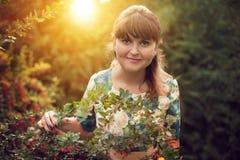 Красивая счастливая женщина брюнет в парке на теплый летний день Стоковая Фотография RF