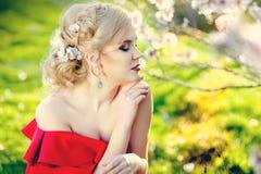 Красивая счастливая женщина в цветении против детенышей весны цветка принципиальной схемы предпосылки белых желтых Стоковые Фотографии RF