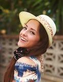 Красивая счастливая женщина в шляпе моды Стоковая Фотография