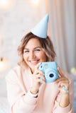 Красивая счастливая женщина ее день рождения Девушка с тортом Праздновать концепцию Стоковое Изображение