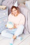 Красивая счастливая женщина ее день рождения Девушка с тортом Праздновать концепцию Стоковые Фотографии RF