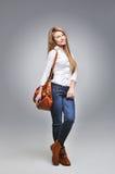 Красивая счастливая женщина держа сумку Стоковые Изображения RF