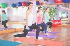 Красивая счастливая женщина делая тренировку фитнеса с весом в руках Стоковые Изображения