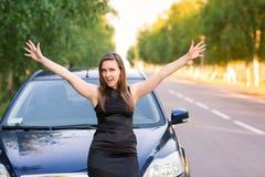 Красивая счастливая и excited бизнес-леди в ее автомобиле Стоковое Изображение RF
