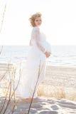 Красивая счастливая молодая беременная женщина внешняя Стоковые Фотографии RF