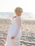 Красивая счастливая молодая беременная женщина внешняя Стоковое Фото