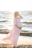 Красивая счастливая молодая беременная женщина внешняя Стоковая Фотография RF