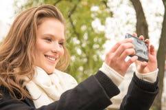Красивая счастливая молодая женщина принимая selfie с современным телефоном Стоковое Изображение RF